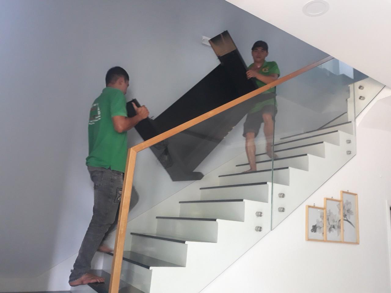 Bốc xếp vận chuyển đồ lên lầu